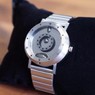 以液態金屬顯示時間的腕錶「LM watch」⌚